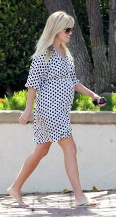 1_reese-witherspoon-wearing-polka-dot-dress-1_la-pictures
