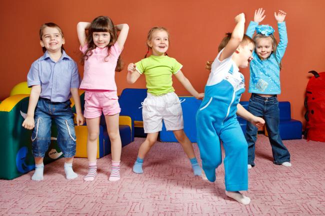 3 modalitati de a-l convinge pe copil sa se joace in grup